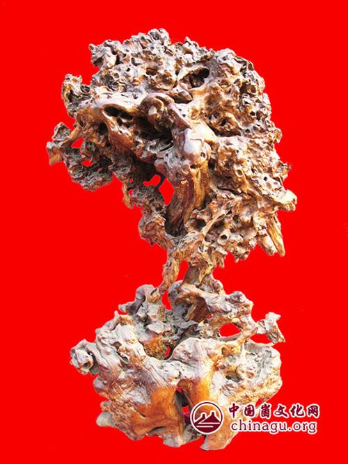 县根雕奇石协会,并饶有兴趣的收藏了赵亮会长的根雕作品《情侣鹤》.
